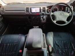運転席回りはシンプルに純正の使いやすさを重視ししたカスタムに抑えています!