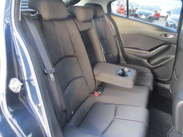 リアシートもホールド感があり、長距離のドライブでも疲れを少なくさせてくれます。センターアームレスト付きです!