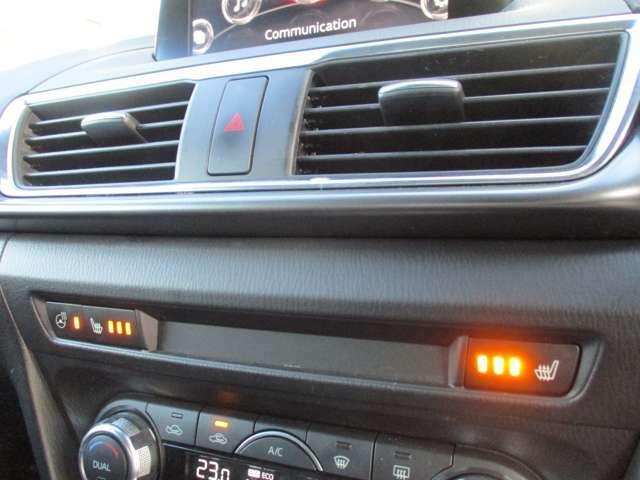 運転席&助手席のシートヒーターおよび、ハンドルヒーターが装備されています!
