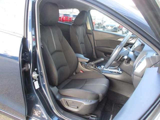 適度に身体をサポートしてくれ、ロングドライブでも疲れにくい形状のフロントシートになっています。