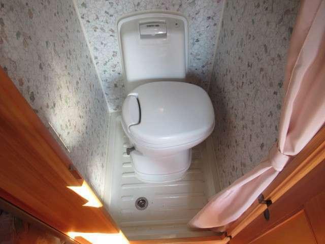 マルチルームにはシャワー、カセットトイレ装備しております!