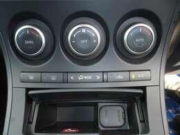 左右の席で独立した温度設定の出来るデュアルエアコンを装備しています。