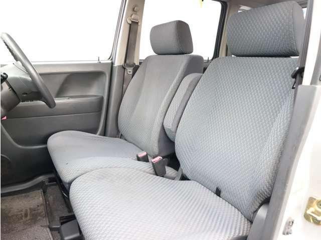 ベンチシートに格納できる肘掛付きで広々快適です。