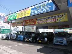 屋根付きの展示場ですので、雨天の場合でもじっくりお車をご覧頂けます。また、展示車の品質も良好な状態に保たれております!