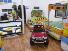 【お子様連れでも安心】商談ルームにはお子様用遊具や絵本を多数ご用意しております。飽きさせない場作りを意識しております!