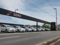 黒と白を基調とした空間にZEROのロゴが目印。高年式ハイブリッドカーがズラリと並んでいます。お気に入りの1台をお選び下さい。