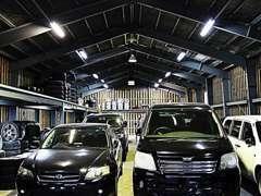 屋内展示場完備!雨風等でのお車の劣化を防ぎ高品質の状態を保っております。