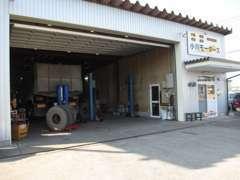 自社認証工場完備!大型車~普通車までなんでも整備いたします!隣接の板金塗装工場も完備しております
