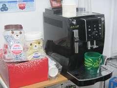 デロンギ製コーヒーメーカー導入しております。コクのあるエスプレッソをお楽しみください。豆はスターバックスを使用。