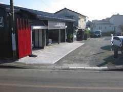 店舗入り口から奥にお客様用の駐車場も完備しております!ご来店心よりお待ちしております☆