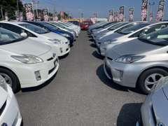 様々な車両を展示中☆ぜひご来店いただき実車をお確かめください♪プリウス・プリウスα・アクアを見比べられるのも魅力です♪