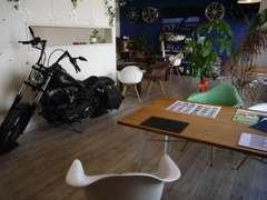 落ち着いた雰囲気の商談スペース。キッズルームも完備しています。