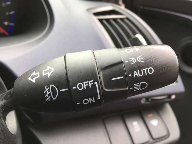 オートライト機能付きで夜になればかってにヘッドライト照らしてくれます。