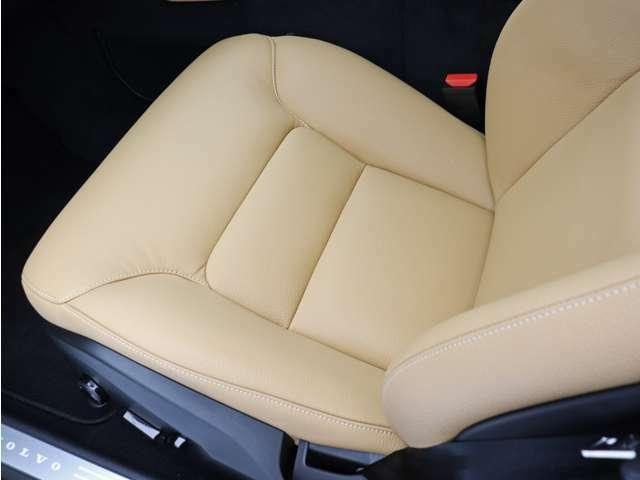 フロントシートには、厳寒の地、北欧スウェーデン発祥のブランドならではのアイテムであるシートヒーターを装備しています。車両自体が暖まるよりもいち早く最適な温度に到達し、快適な環境を整えてくれます。