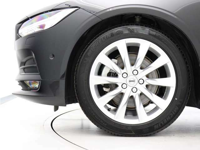 シルバーブライトの10スポーク8.0J×18インチアルミホイール「Turbine」。勿論インテリセーフ標準装備により、歩行者検知機能付フルオートブレーキをはじめとする革新的安全装置を標準搭載。