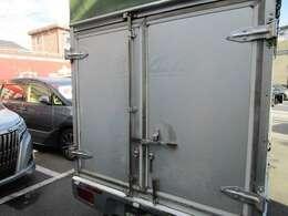 アルミ製観音ドアです。大事なお客様の荷物を盗難から防ぎます。