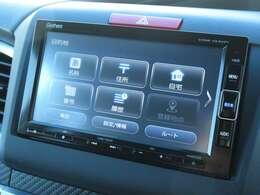 ギャザズメモリーナビ VXM-194VFi が装着されております。AM、FM、CD、DVD再生、フルセグTV、Bluetoothがご使用いただけます。初めて訪れた場所でも道に迷わず安心ですね!