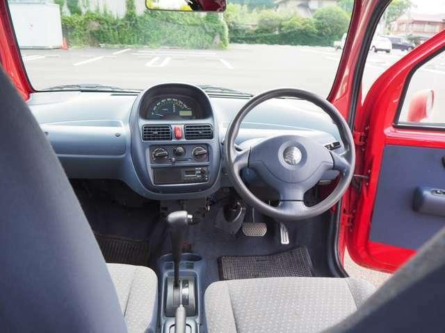 運転席はエアバック付きのハンドルです。助手席は残念ながら未装着でした。
