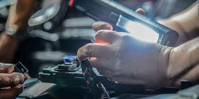 専用テスター、専用ツールによる細かな診断。各モデルの情報がインプットされた専用テスターを用いて、モデル毎や部位毎に専用スペシャルツールを使用し整備します。