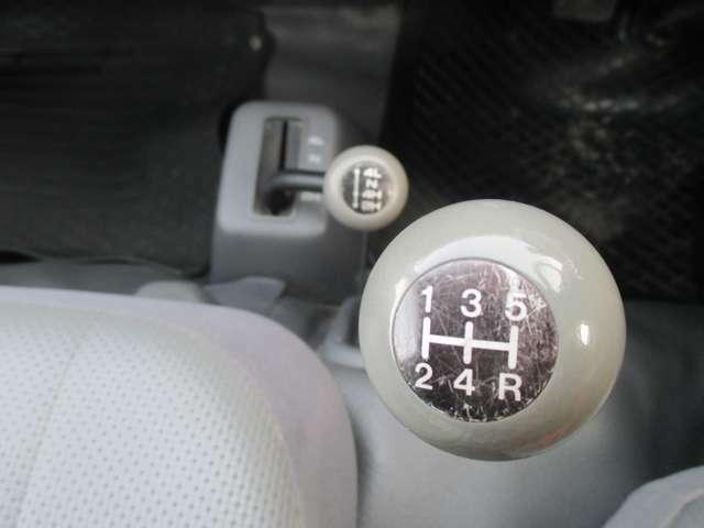 【シフト】フロア5速、4WD。