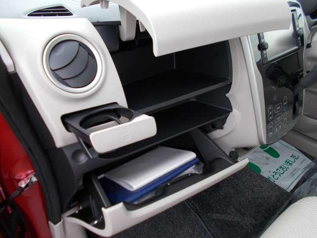 車検証などの小物の収納が可能です。