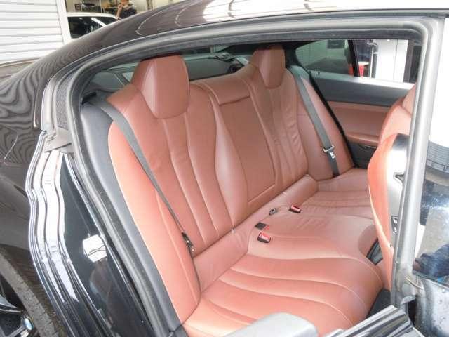 クーペデザインなので少々タイトな後部座席ですが大人の方が乗車しても問題はありません!