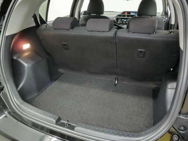 リアシートの後ろにも荷物が載せられます。