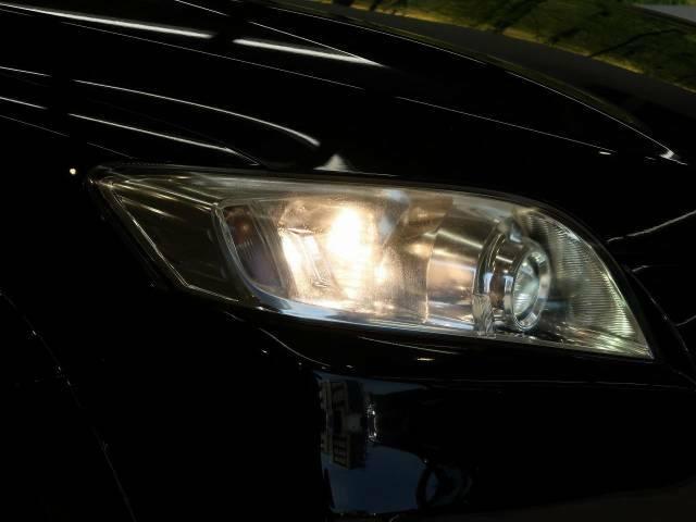 【HIDヘッドライト】非常に明るく前方を照らしてくれるので、悪天候や夜間の走行時も視界良好で安心してお乗りいただけます。