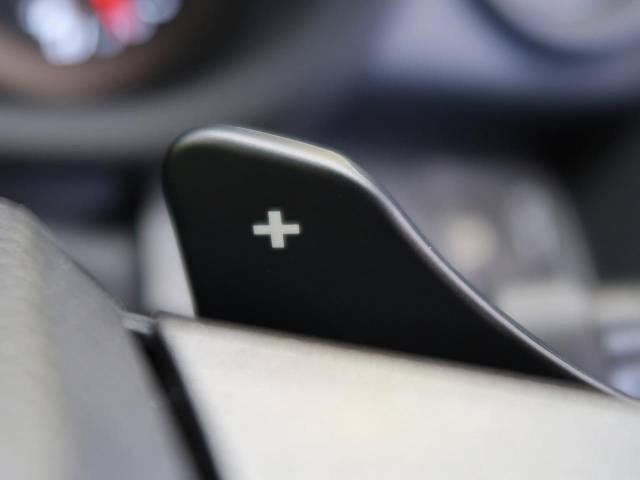 【パドルシフト】ハンドルから手を離さずに素早くシフトアップ&ダウンができるので、エンジンブレーキを使う下り坂や高速道路の合流で加速したい場面で役立ちます。
