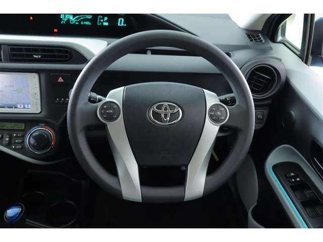 ハンドルを握ったままオーディオやエアコンの温度設定などの操作が可能なステアリングスイッチを装備。
