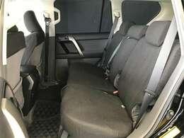 後部座席も使用感少なくキレイな状態です。