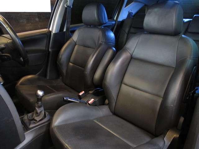 サイドサポートのしっかりしたスポーツシートが装着されております!