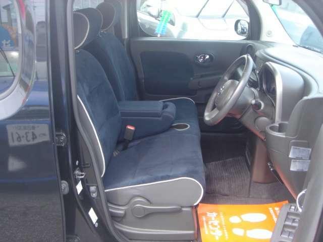 運転席回りもベンチシートで広々快適です!!