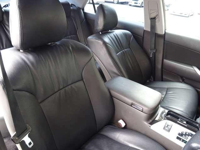 黒革調シートカバーも装着済みです。