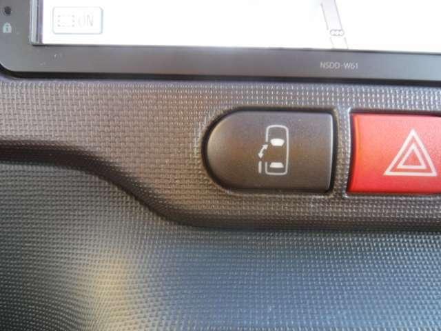 電動スライドドアは運転席手元のスイッチで開閉可能です。