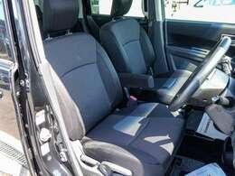 運転席と助手席は離れて、間には通路があるウォークスルー、運転席には肘掛けがついています