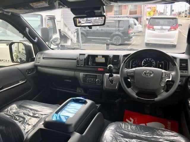 特別仕様車用フロアマット&純正サイドバイザーを装着してます。