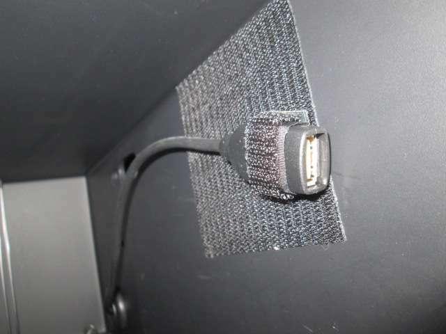 USBケーブルも付いてスマホの充電など様々な用途に使用でき便利です