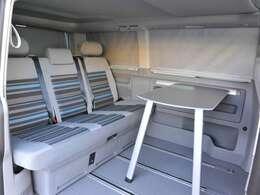 標準装備のテーブルは車内でも車外でも使用可能です!