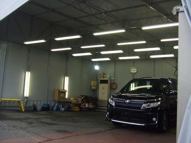 Bプラン画像:併設した工場です☆。☆♪お客様の大切な車両チェックも行える為に電灯もこの様に採用しており、入庫時のチェックを行っております☆是非!!新しいかーらいふのスタートにクオーツコーティングはいかがでしょうか?