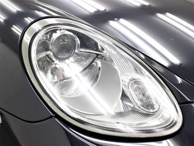 輸入車では、劣化で白くくもりがちなヘッドライトレンズも透明感のある綺麗な状態が保たれております。