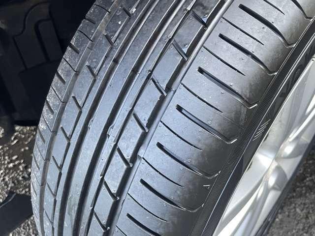 充分溝が残っているタイヤが装着されております♪購入後すぐにタイヤを交換する必要がありませんので経済的に助かります♪ホイールは純正ホイールが付いております♪
