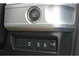 キーは、スマートキーです。エンジンスタートはプッシュ式となります。ドアの鍵もワンタッチで開閉可能です。リアスライドドアは両側共に電動式となります☆