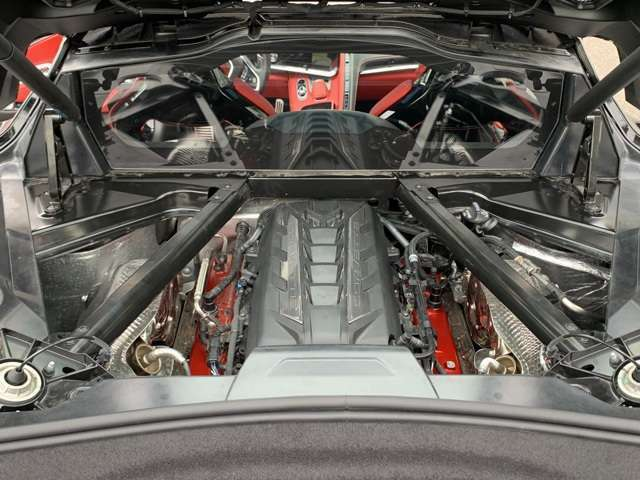 V8特有のトルクフルなエンジンでとても運転が楽しいです。MRになったことで従来のコルベットとは違った乗り味がこれまた楽しい1台!マフラーサウンドはV8らしく欧州車とは違った魅力のある野生的なエンジンです!