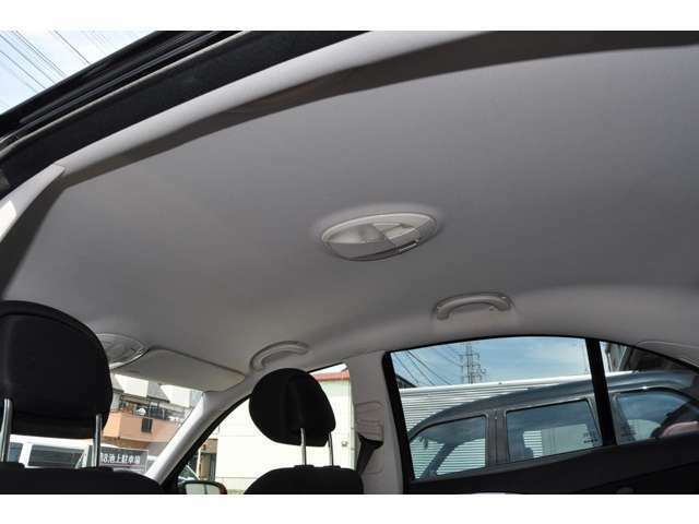 輸入車では多い天井の垂みや部分的な浮きも御座いません。ご覧のとおり、もちろん気になる汚れ等も無く全体的に清潔感の感じられる室内空間になります。