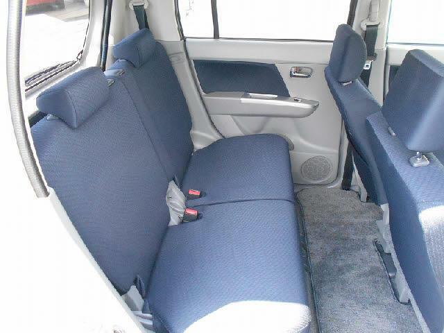 セカンドシートも十分な広さがあります!