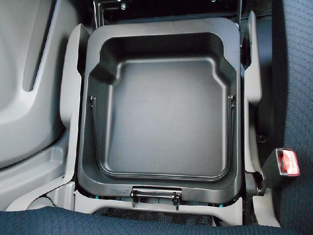 ちょっとしたモノなどを収納するのに便利な助手席下の収納ボックスです☆
