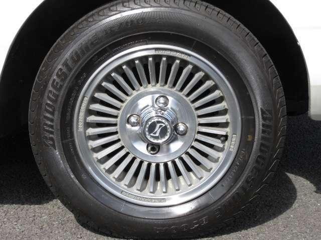 サスペンションもタイヤホイールも全てがノーマル無改造車です。《S》エンブレムの純正アルミホイールが古風で昭和を感じます♪