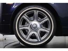 ホワイトリボンタイヤが上品な印象を際立てます。