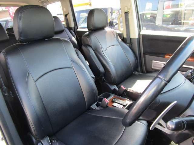 フロントシートはセパレートタイプ●社外革調シートカバーが付いています